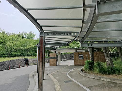 奈良学園中学校正門前